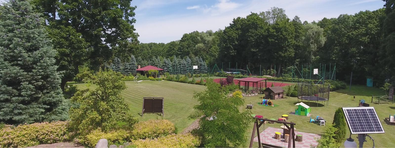 Domki nad jeziorem Mamry, Villa Przystań, kort tenisowy oraz plac zabaw dla dzieci